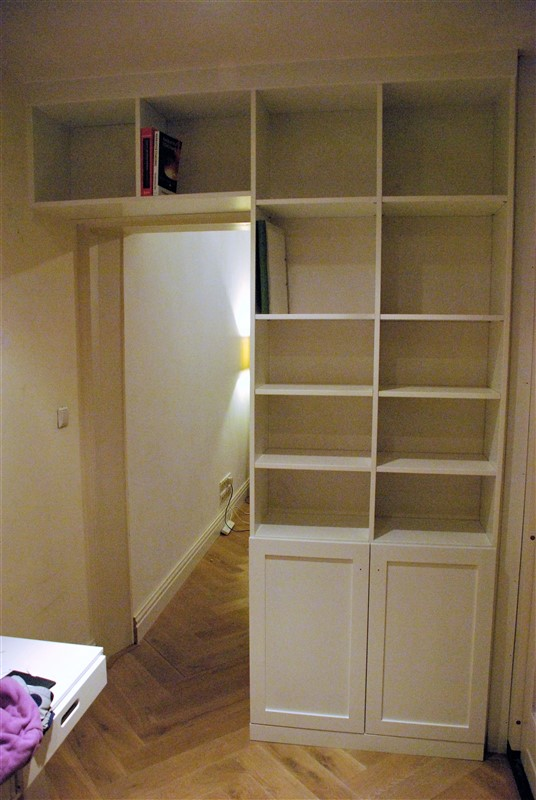 Boekenkast met ongelijke planken