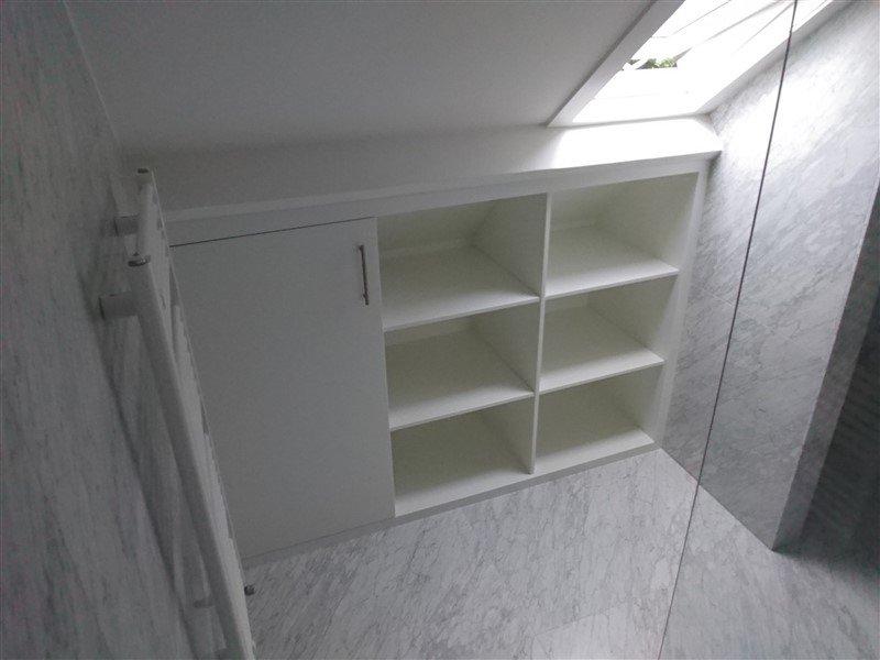 Badkamer Schuin Dak : Kleine zolder badkamer d badkamer schuin dak huis ideeen