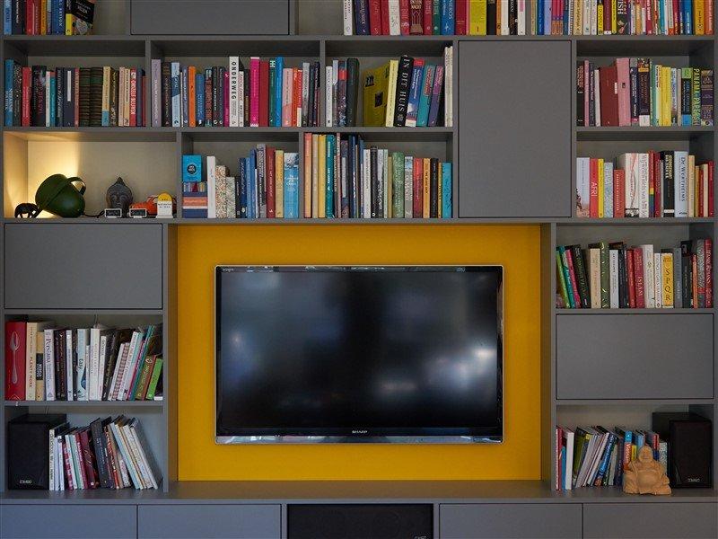 Boekenkast met TV