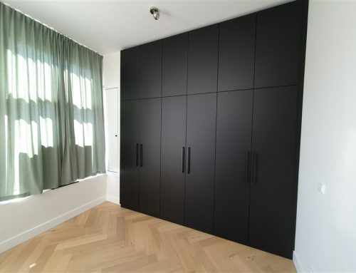 Zwarte garderobekast